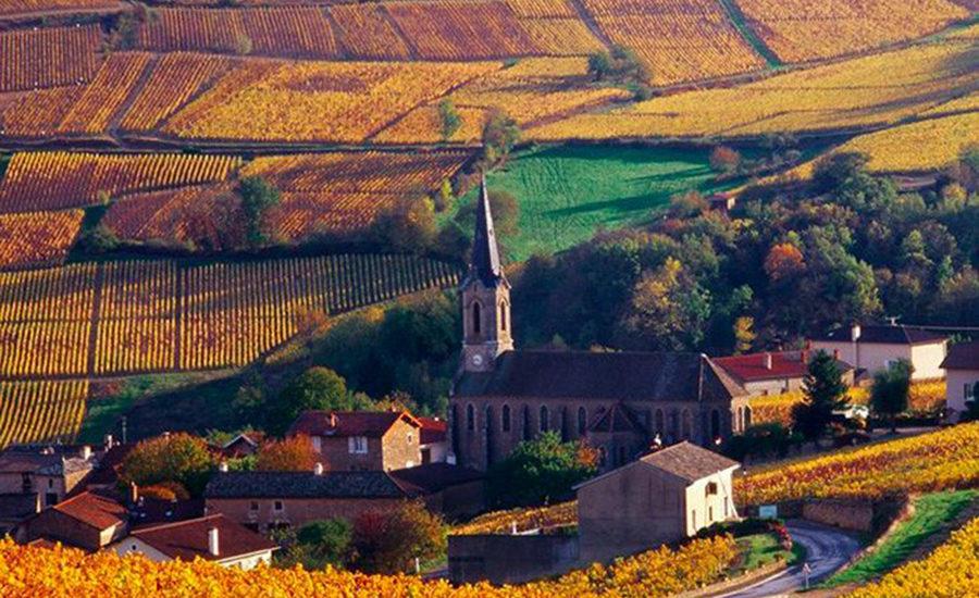 En av de vakre landsbyene i Beaujolais. Foto: Trenel.